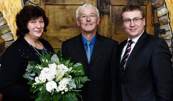Gertrud Peters, Theo Peters, Vorstandsmitglied Johannes Janhsen (von links)