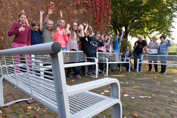 Neue Bänke für den Schulhof der Freien Gesamtschule Facettenreich