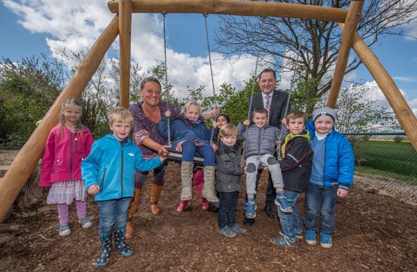 Kindergarten St. Irmgardis Hülm mit neuer Schaukel