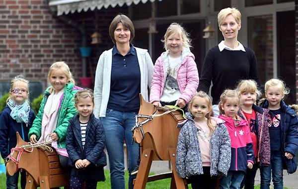 Neue Holzpferde für Kindergarten