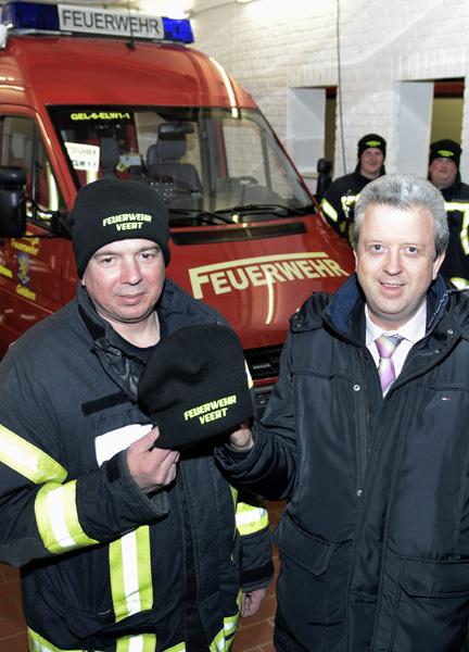 Neue Mützen für die Feuerwehr