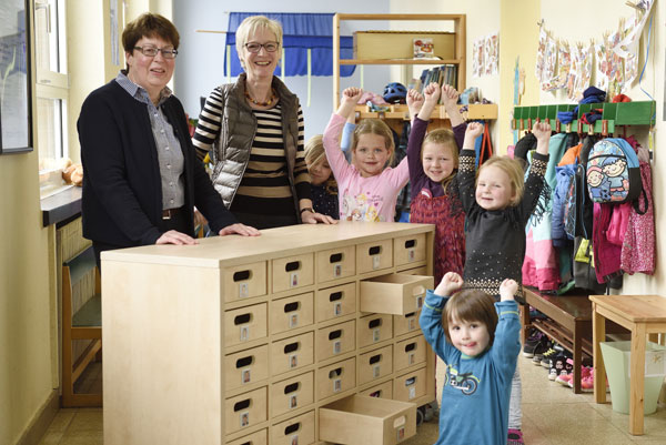 Neuer Schrank für St. Antonius Kindergarten in Hartefeld